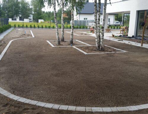 Wyrównanie terenu pod trawnik siany + obrzeża z kostki według projektu klienta